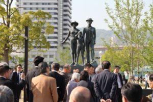 乗船記念碑を見学する参加者