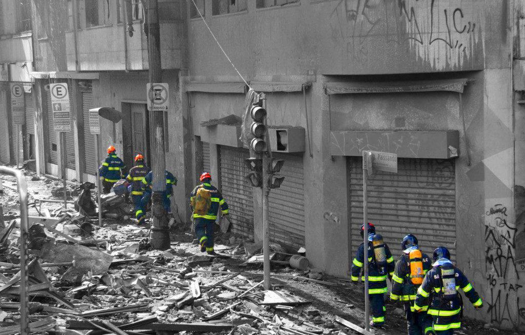 近隣の建物の倒壊の危険性も指摘される中、現場での捜索活動は続いている(Corpo de Bombeiros de São Paulo)