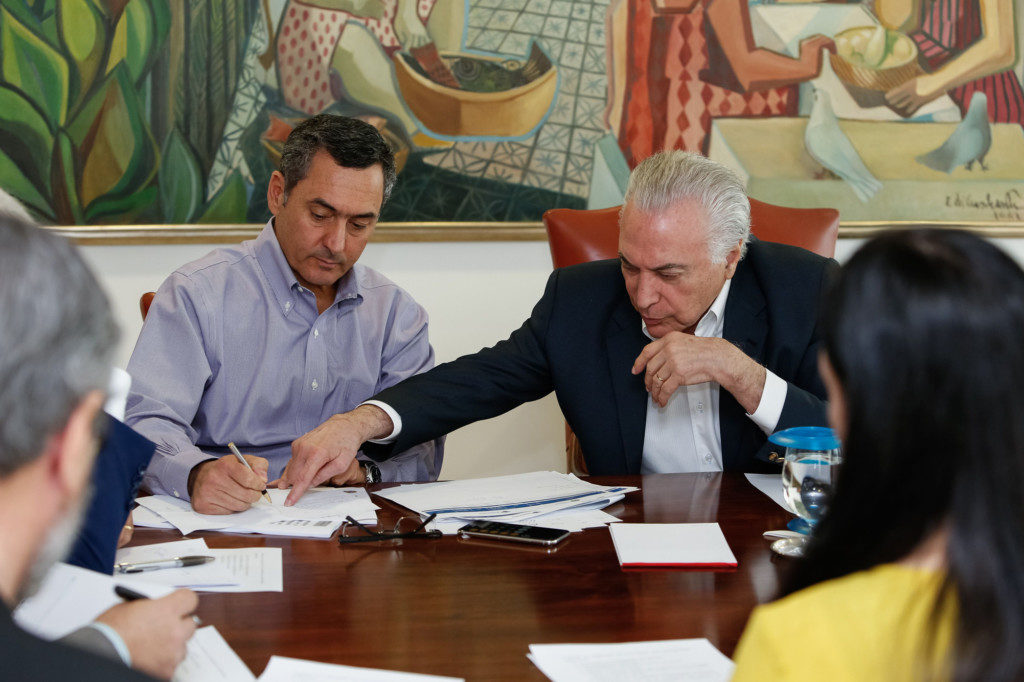 対応策を協議する、テメル大統領(右)とエドゥアルド・グアルジア財相(左)(Alan Santos/PR)