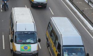 サンパウロ市のスクールバスの抗議行動では軍事介入を呼びかける文字も