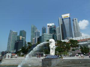 シンガポール。マーライオンを前景としたセントラル地区のダウンタウン・コア(By ペウゲオト、from Wikimedia Commons)