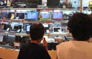 ショウウィンドーの中の製品を見つめる人々(参考画像・Arquivo/Marcello Casal Jr./Agência Brasil)
