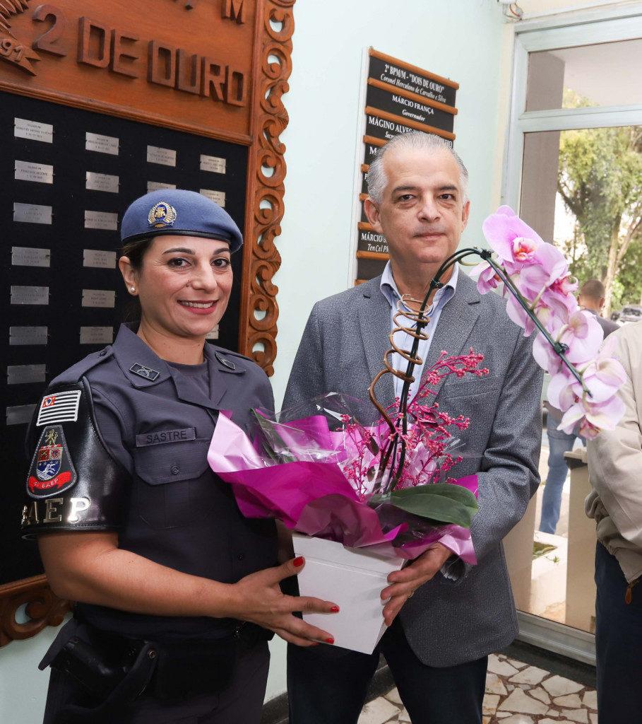 事件翌日にマルセロ・フランサ、サンパウロ州知事(右)から表彰される、カチア・サストレ軍警伍長(左)(サンパウロ州政府)