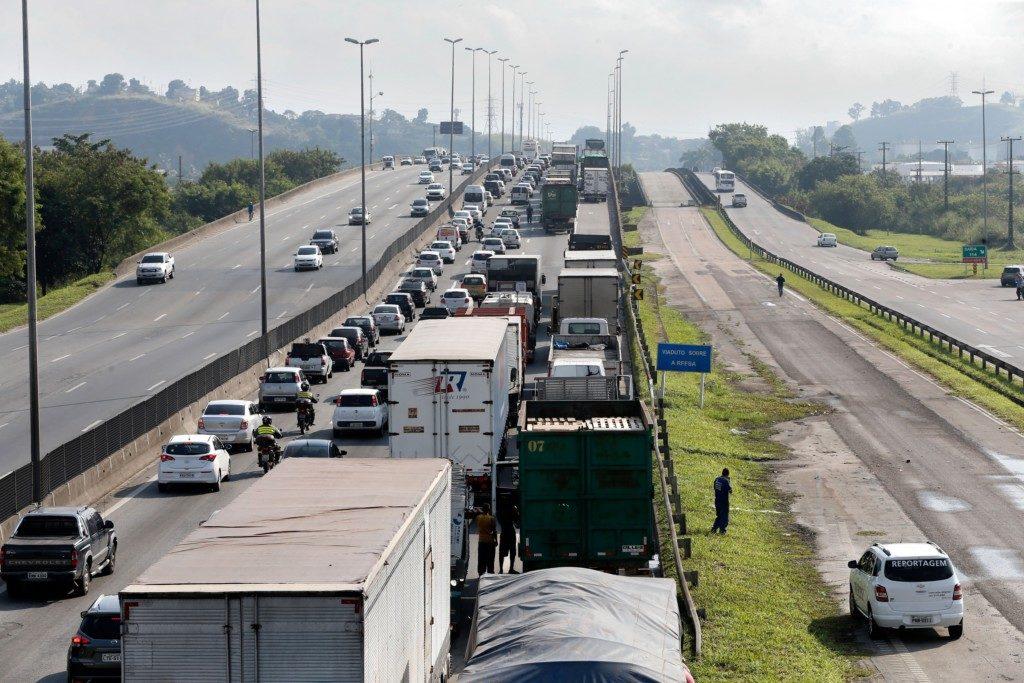 サンパウロ市とリオをつなぐ物流の大動脈、ヅットラ街道のトラック輸送も、ストで一時的に完全停止させられた(Foto Tania Rego/Agencia Brasil)