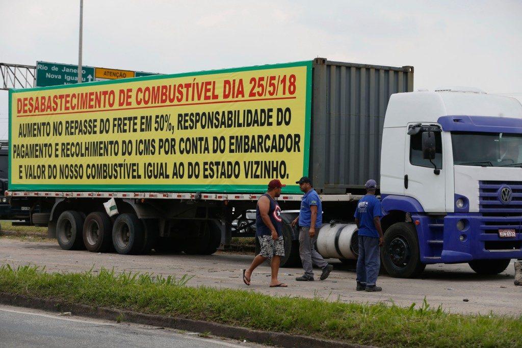 リオ州の国道でストを行っているトラック運転手たち(Fernando Frazao/Agencia Brasil)