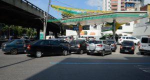 給油を求める車で長蛇の列が出来たリオのガソリンスタンド(Tomaz Silva/Agencia Brasil)