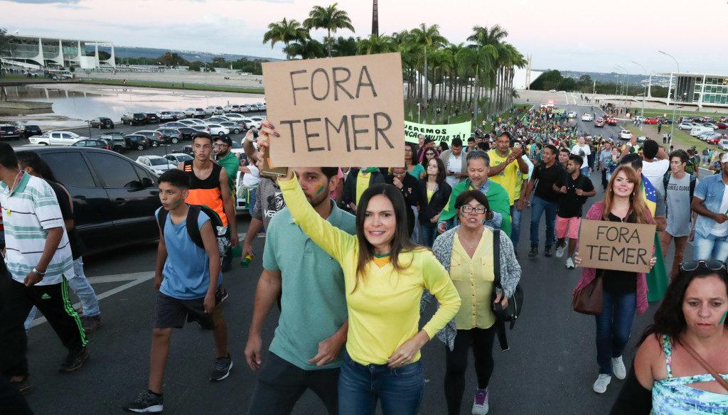 28日、ブラジリアの大統領府前で抗議運動をする人たち(Lula Marques/Liderança do PT na Câmara)