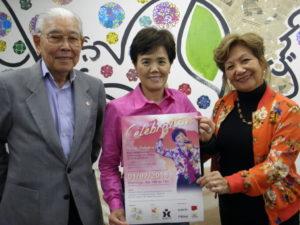 「ホッペにキスだけ、抱擁禁止!」と中平さん(中央)。左が吉岡黎明さん、右が松尾マルシアさん