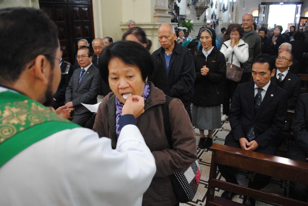 聖体を拝領する参列者