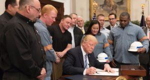 今年3月、鉄鋼輸入調整を定めた大統領令に署名する米国トランプ大統領(White House)