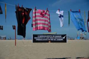 リオのコパカバーナ海岸で行われた、幼い命が殺人事件で命を奪われていることに抗議する活動。子供たちが銃で撃たれた時の衣類を吊るしている。(Fernando Frazão/Agência Brasil)