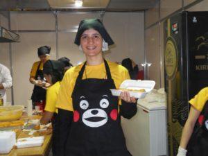 日本祭りの熊本県人会ブースでは、くまもんエプロンで郷土をアピール