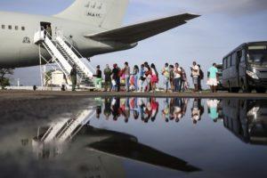 空軍機でサンパウロとマナウスに運ばれるベネズエラ人移民達(Marcelo Camargo/Agencia Brasil)