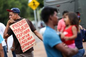 ロライマ州ボア・ヴィスタで仕事を探すベネズエラ人(Marcelo Camargo/Agencia Brasil)