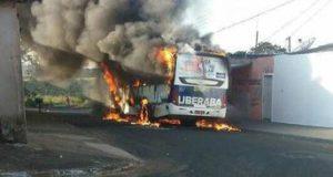 黒煙を上げて燃えるバス(ウベラバ市、Divulgação/Corpo de Bombeiros)