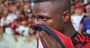 10日、涙で別れを惜しむヴィニシウス(Gilvan de Souza/Flamengo)
