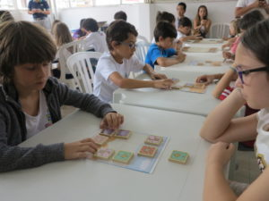 子供大会は毎回50人ほどが参加。動物将棋の部と本将棋の部に分かれて行われる