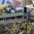 激しいチャージを受けうずくまるネイマールを見守るブラジルの人々(Carlos Bassan)