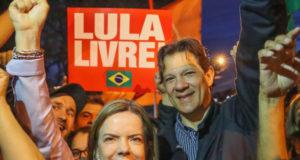 ルーラ氏保釈を求める集会でのハダジ氏(右)とグレイシ・ホフマンPT党首(Ricardo Stuckert)