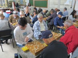 大人大会の様子。毎度40人ほどが集まり、日本の将棋道場の様な雰囲気