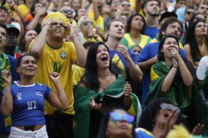 リオの大型スクリーンで応援する人々(Fernando Frazao/Agencia Brasil)