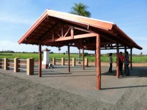開拓犠牲者之碑の横には屋根が設置された