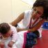 小頭症児の発育を助ける物理療法士(参考画像・Sumaia Villela/Agência Brasil)