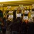 議会傍聴席で「クリヴェラ出ていけ」とプラカードを掲げるリオ市民(Tomaz Silva/Ag. Brasil)