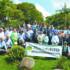 日本庭園の棟門完成式典に参加した関係者ら(4月5日撮影、ルシー・ジュディシ・イイジマ提供)