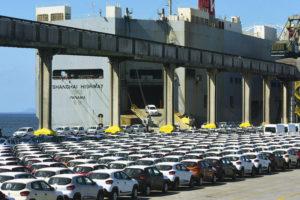 パラナグア港に集められた輸出用の乗用車(参考映像、Ivan Bueno)