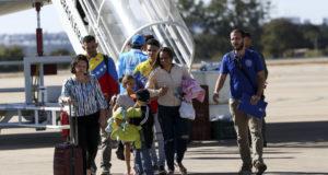 ブラジリアの空港に降り立ったベネズエラ人移民達(Marcelo Camargo/Agencia Brasil)