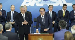 今年4月にCaixa総裁に就任した、ネルソン・アントニオ・デ・ソウザ氏(中央・Antonio Cruz/Agencia Brasil)