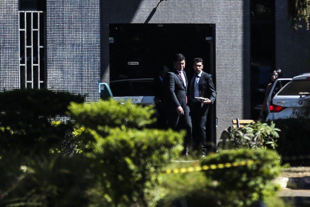 取調べを受け、連警本部を出るヨムラ・エウトン氏(Jose Cruz/Agencia Brasil)