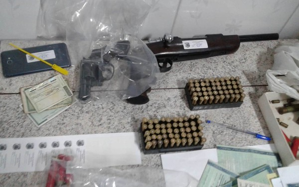 サンパウロ州で押収された武器や銃弾、身分証明書など(Divulgação/DPF)