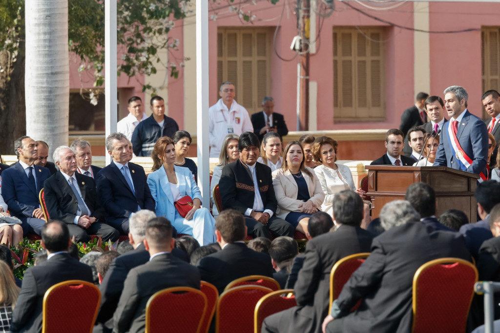 就任式で演説するベニテス新大統領(右端)と南米諸国の首脳達(Cesar Itiberê/PR)