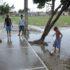 泥の中、裸足で遊ぶ子供(参考画像・Valter Campanato / Agencia Brasil)