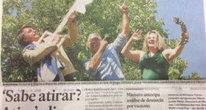 アラサトゥーバ市でもらった名誉市民のカギを機関銃に見立てて、撃つ仕草をするボウソナロ氏(24日付エスタード紙より)