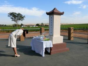平野植民地の慰霊碑に献花され、深々と頭を下げられた眞子さま