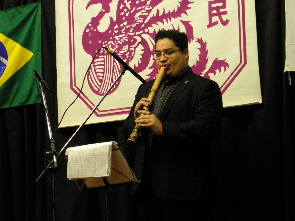 大会で尺八を演奏する江田さん