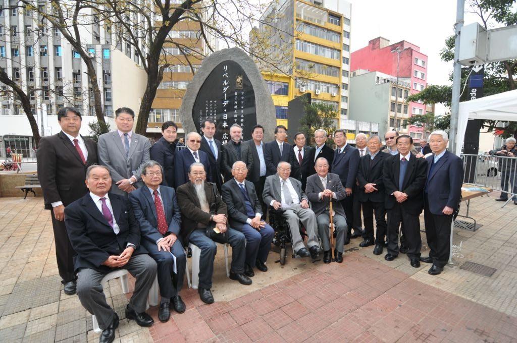 リベルダーデ日本広場で除幕された記念碑(撮影・望月二郎)