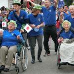 沖縄は日本でも有数の長寿県。百歳を超える長寿者も、車椅子で元気溌剌と参加した