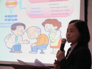 ポ語のスライドショーを使って講座を行う長谷川さん