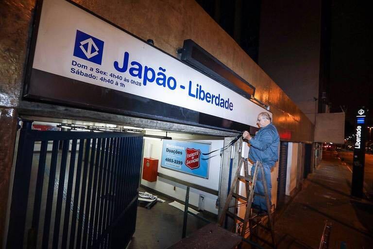 さっそく、駅の看板が付け替えられた。「Next Station: Japão – Liberdade」(次の駅は日本―リベルダーデ)――そんなアナウンスがメトロの中で響くことになりそうだ(写真=望月二郎)