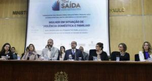 家庭内暴力の被害者を支援するためのプロジェクト導入を発表するブルーノ・コーヴァス市長(前列左から3人目、Heloisa Ballarini)