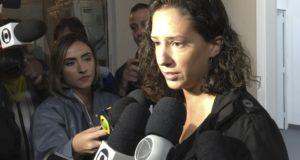 脅迫の内容などを語るために警察に出向いたモニカ・ベニシオ氏(Cristina Indio do Brasil/Agência Brasil)