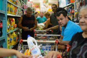 スーパーでレジに並ぶ買い物客たち(参考画像・Tania Rego / Agencia Brasil)