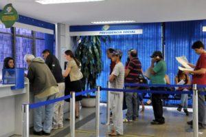 社会保障関連手続きに並ぶ人々(参考画像・Antonio Cruz / Agencia Brasil)