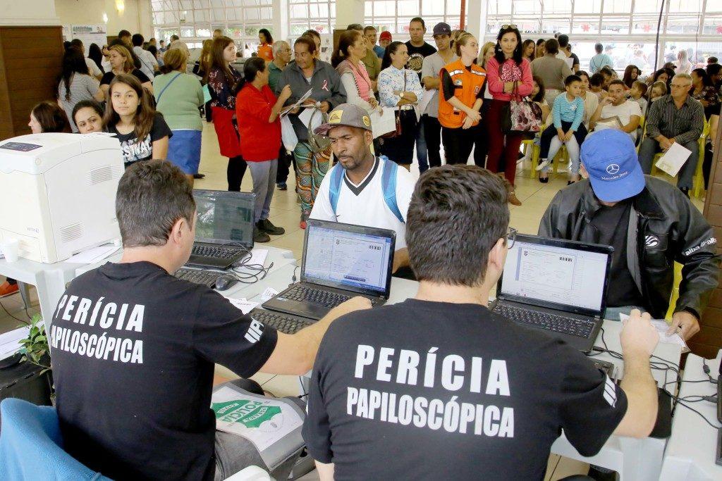 求職の列に並ぶ人々(参考画像・Jaelson Lucas / ANPr)