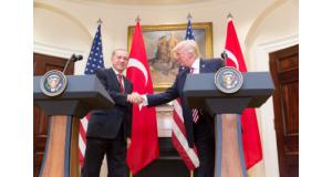 トランプ大統領とエルドアン大統領(Official White House Photo by Shealah Craighead
