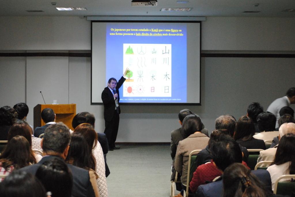 日本人の脳と漢字について話す西国博士